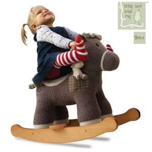 Kleinkind auf dem Schaukelpferd Bobble & Pip Infant Rocker